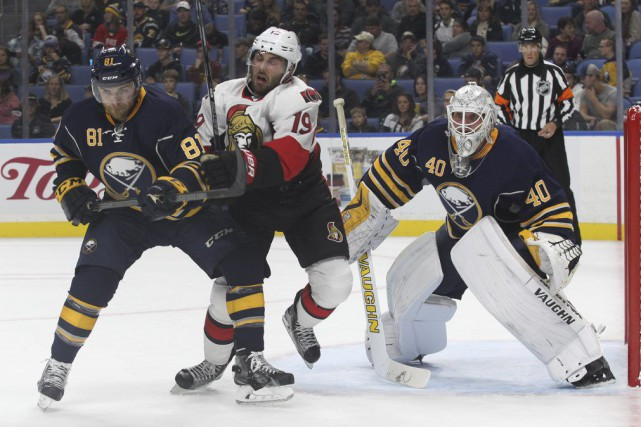 Mac Bennett des Sabres et Derick Brassard des... (Jeffrey T. Barnes, Associated Press)