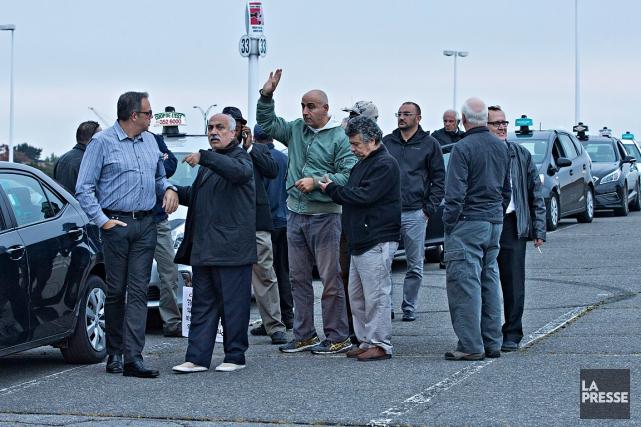 Quelques dizaines de chauffeurs de taxi se sont... (Photo Patrick Sanfaçon, La Presse)