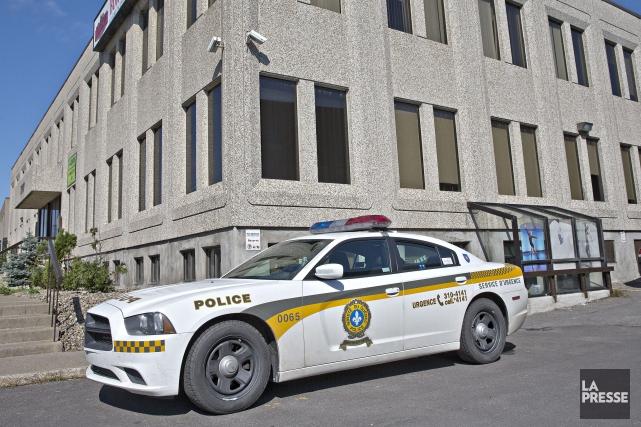 Des policiers ont investi ce matin les locaux... (PHOTO PATRICK SANFAÇON, LA PRESSE)