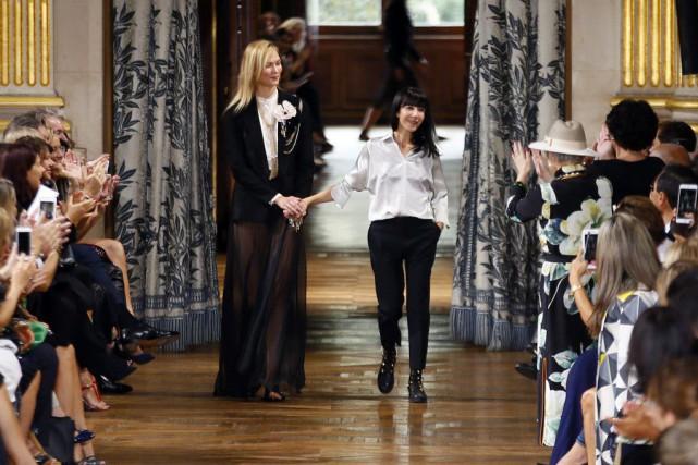 Bouchra Jarrar (à droite) avec le mannequin Karlie... (PHOTO AP)