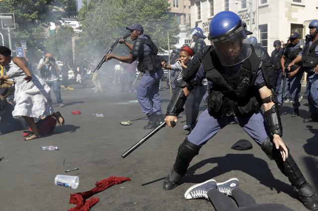 La police a tiré des balles de caoutchouc... (AP)