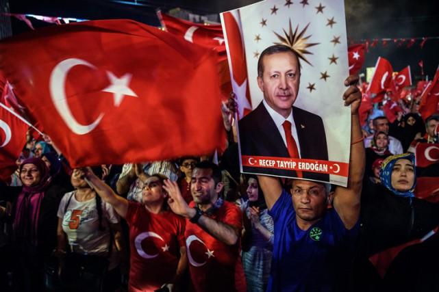 Des partisans duprésident Erdogan célèbrent l'échec du coup... (PHOTO AFP)