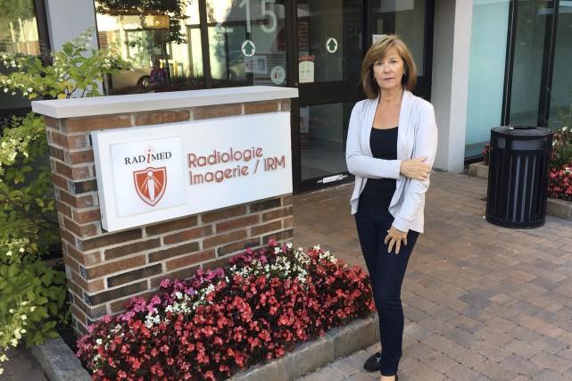 Christine Delage devant la clinique privée montréalaise où... (Courtoisie)