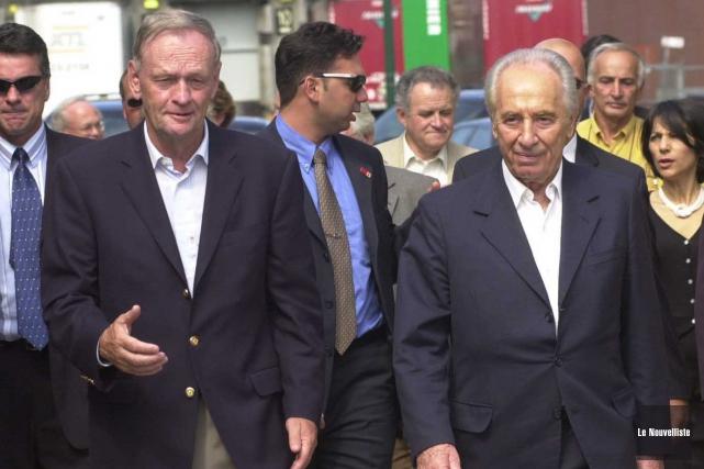 Jean Chrétien et Shimon Peres, en 2003, à... (Sylvain Mayer, Le Nouvelliste)
