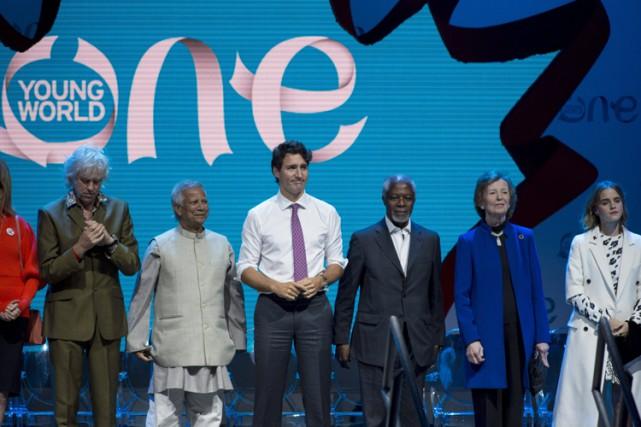 Justin Trudeau entouré de (de gauche à droite)... (PHOTO PC)