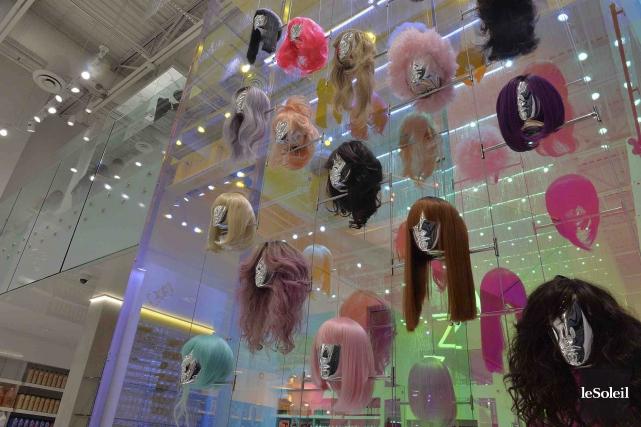 Les perruques mettent de l'extravagance dans le décor.... (Le Soleil, Patrice Laroche)