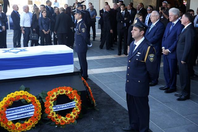 Bill Clinton (2e à droite) rend hommage à... (MENAHEM KAHANA, AFP)