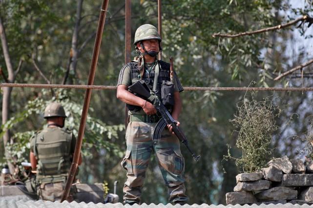 Un soldat indien monte la garde, en banlieue... (photo Danish Ismail, REUTERS)