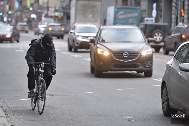 Le fédéral se penchera sur la façon de protéger les cyclistes sur les routes... (Patrice Laroche, Archives Le Soleil)