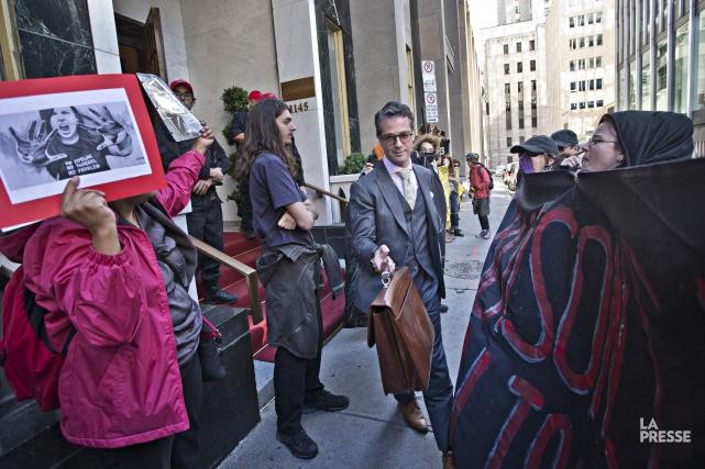 Les manifestants tentaient de bloquer l'entrée aux gens... (PHOTO PATRICK SANFAÇON LA PRESSE)