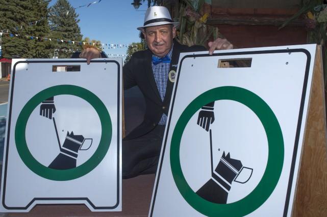Le maire de Louiseville Yvon Deshaies montre deux... (Stéphane Lessard)