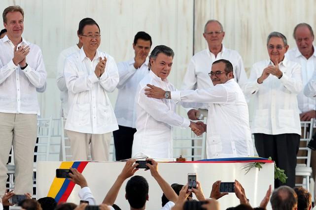 Le président colombien Juan Manuel Santos (à gauche)... (Photo Fernando Vergara, AP)