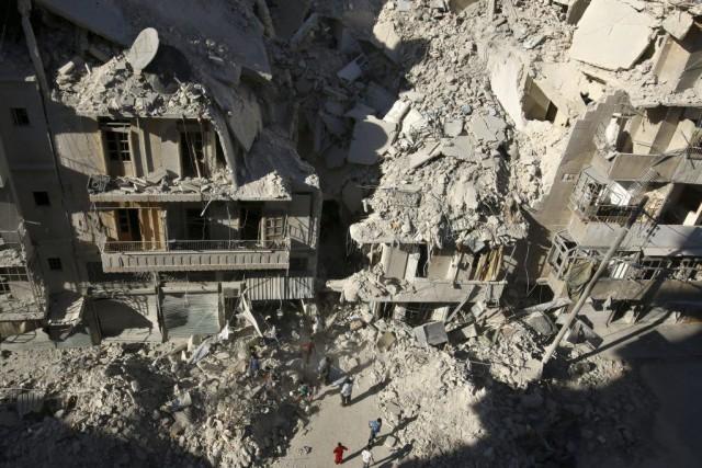 Des gens cherchent des survivants dans les décombres... (PHOTO ABDALRHMAN ISMAIL, REUTERS)