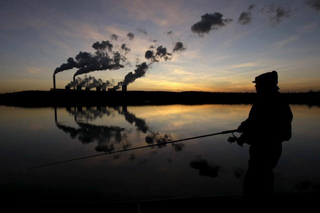 Un homme pêche dans un lac artificiel à... (PHOTO KACPER PEMPEL, ARCHIVES REUTERS)