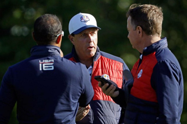 Phil Mickelson discute avec le capitaine de l'équipe... (photo David J. Phillip, associated press)