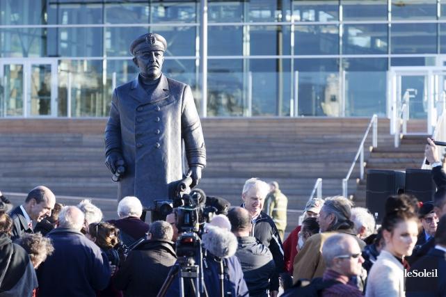 Une imposante statue du capitaine Joseph Elzéard Bernier... (Le Soleil, Jean-Marie Villeneuve)