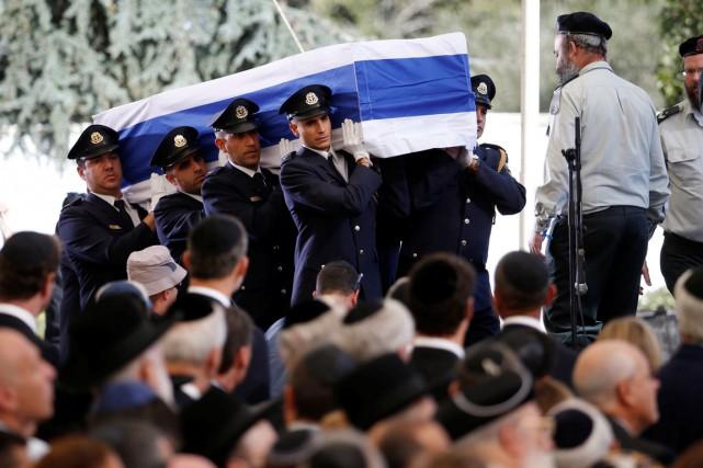 Le cercueil de M.Peres a été mis en... (REUTERS)