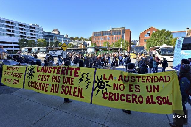 Des groupes communautaires ont manifesté contre l'austérité devant... (Le Soleil, Patrice Laroche)