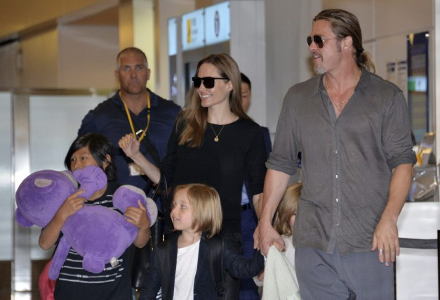 Angelina Jolie et Brad Pitt avec leurs enfants... (photo YOSHIKAZU TSUNO, Archives AFP)