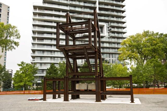 La structure métallique soutenant la Terre Mère, l'oeuvre... (Martin Roy, LeDroit)