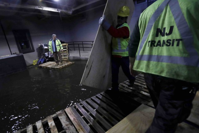 Les employés de la New Jersey Transit posent... (AP, Julio Cortez)