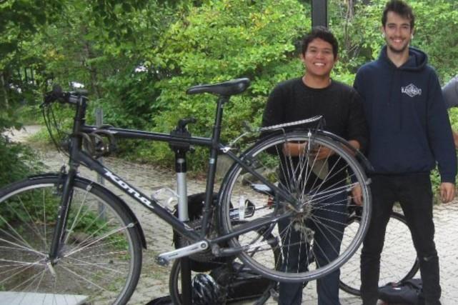 Les deux aides-mécaniciens Jadiel Rosales et Alexandre Gendron... (Photo fournie)