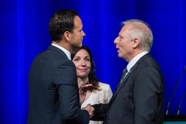 Alexandre Cloutier et Jean-François Lisée se serrent la... (Graham Hughes, La Presse canadienne)