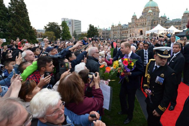 Le prince William a salué des Canadiens qui... (PHOTO JONATHAN HAYWARD, PC)