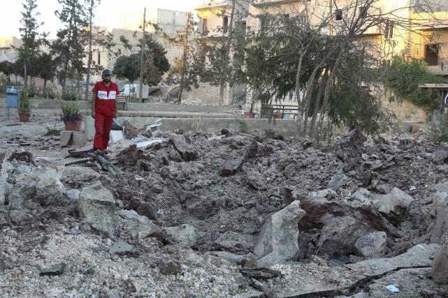 Un employé inspecte les dégâts à l'hôpital d'Alep,... (AFP, Thaer Mohammed)