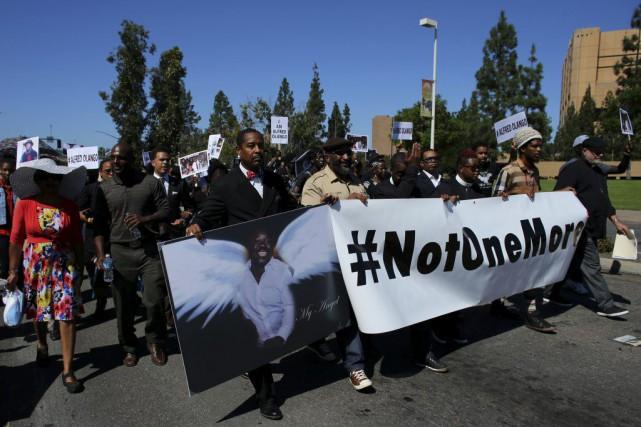 Environ 200 personnes se sont réunies pacifiquement dans... (PHOTO MIKE BLAKE, REUTERS)