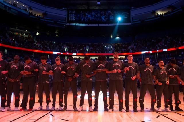 Les Raptors se sont enlacé les bras pendant... (Photo Darryl Dyck, PC)