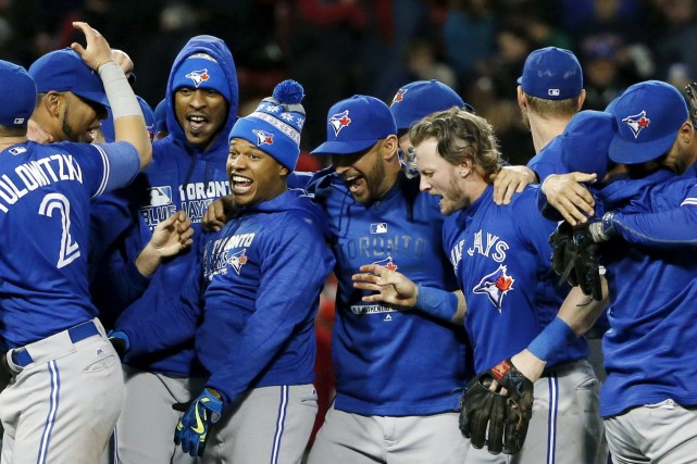 Les Blue Jays ont célébré leur victoire chaudement... (AP, Michael Dwyer)