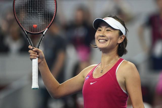 La Chinoise Peng Shuai salue la foule après... (Photo Fred Dufour, AFP)