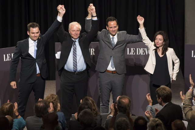 Les quatre candidats ont joint leurs mains devant... (THE CANADIAN PRESS)