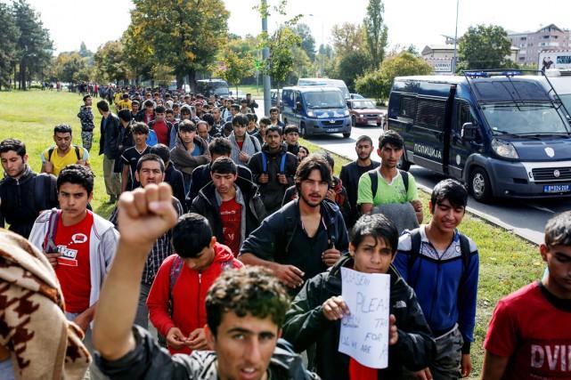 Plus de 300 migrants ont entamé mardi une... (photo Marko Djurica, REUTERS)