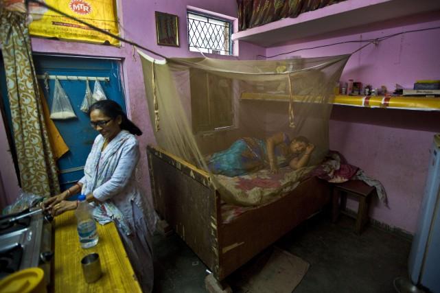 En Inde, une femme se repose dans un... (AP, Manish Swarup)