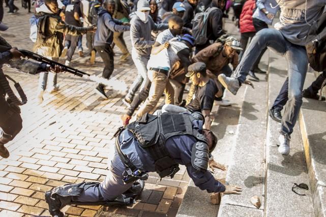 Des policiers ont essayé de disperser la foule... (AFP, Marco Longari)