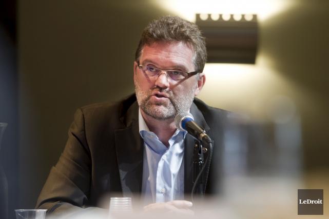 La garde rapprochée du maire Maxime Pedneaud-Jobin n'hésite... (Martin Roy, Archives Le Droit)