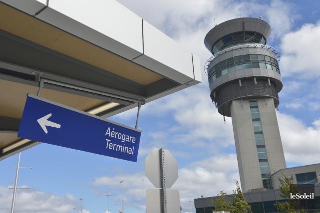 Lieu de retrouvailles ou de séparations déchirantes, l'aéroport... (Le Soleil, Jean-Marie Villeneuve)