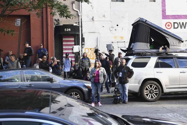 Les paparazzis se massaient à l'extérieur de l'appartement... (AFP, Angela Weiss)