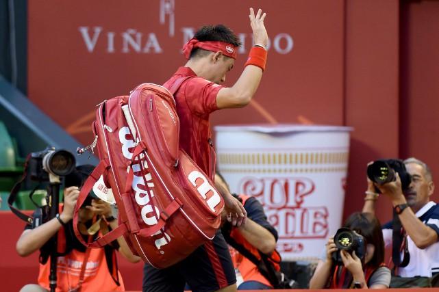 Kei Nishikori salue la foule en quittant le... (Photo Toru Yamanaka, AFP)