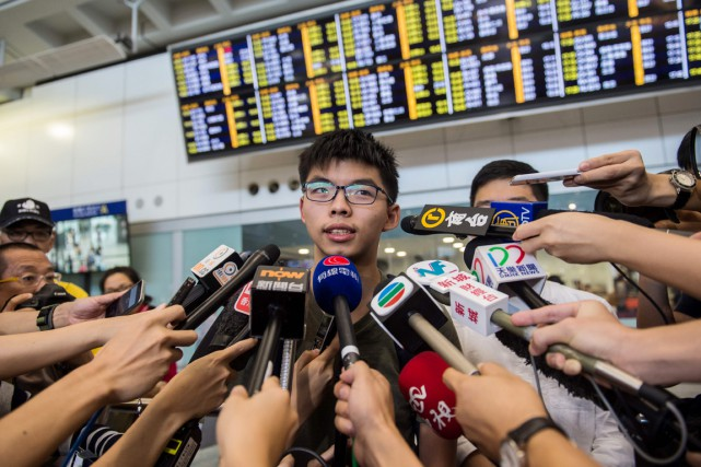 Le jeune leader Joshua Wong s'adresse à la... (photo ANTHONY WALLACE, AFP)