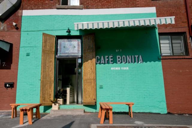 La façade turquoise du Café Bonita rend hommage... (PHOTO DAVID BOILY, LA PRESSE)