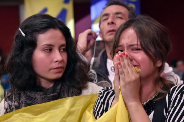 Une jeune Colombienne pleure en apprenant le résultat... (PHOTO GUILLERMO LEGARIA, Agence France-Presse)