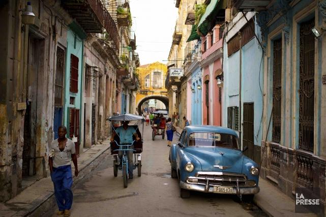 Les vieilles voitures américaines sillonnent toujours les rues... (La Presse, Martin Chamberland)
