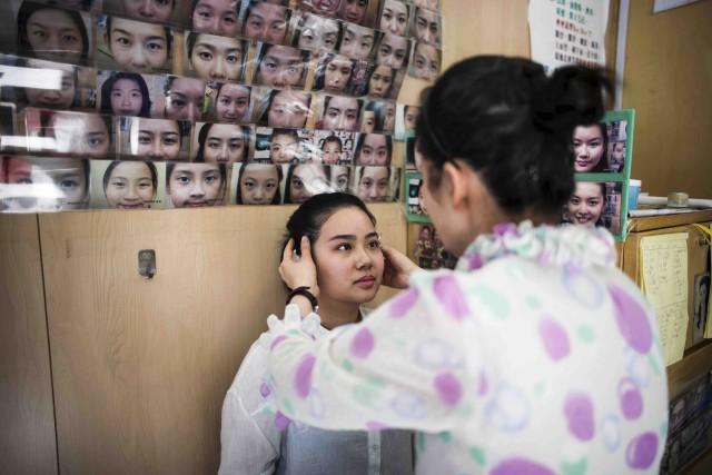 Mme Li pratique l'art chinois plusieurs fois millénaire... (AFP, Anthony Wallace)