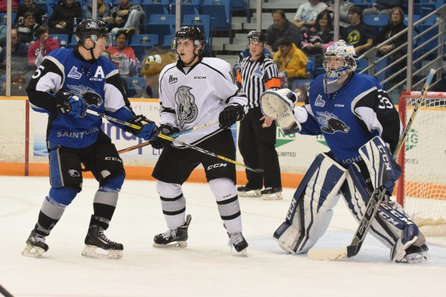 Matthew Highmore des Sea Dogs croise le fer... (Courtoisie: David Connell/Saint John Sea Dogs)