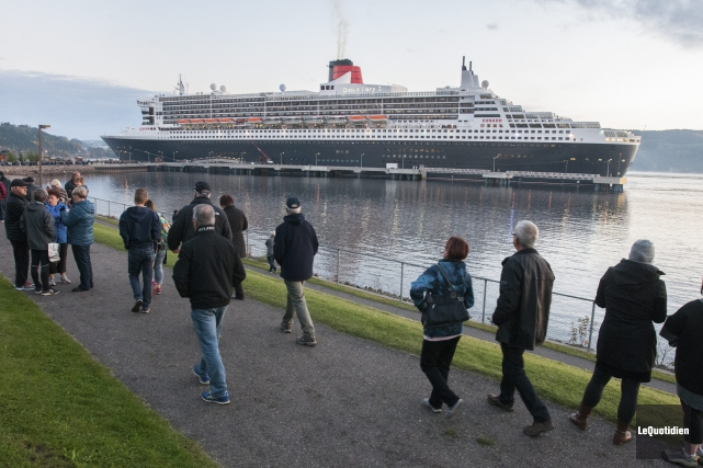 Le Queen Mary 2 est accueilli à La... (Photo Le Quotidien Michel Tremblay)