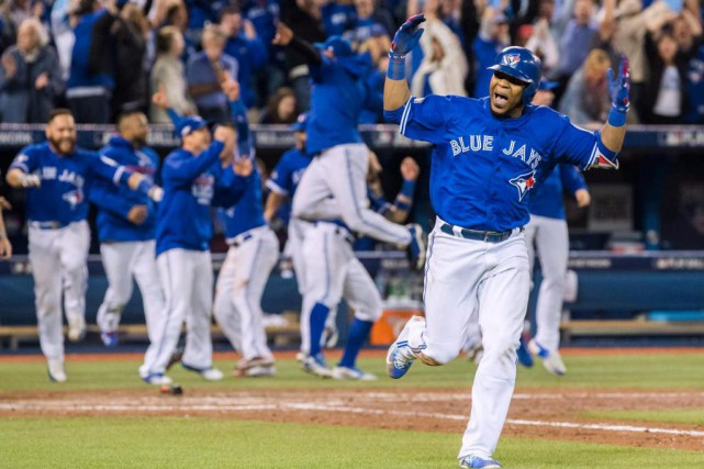Son élan à peine complété, Edwin Encarnación, le... (Photo Mark Blinch, La Presse Canadienne)