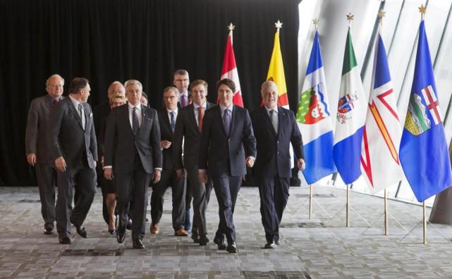 Le premier ministre Justin Trudeau entouré des premiers... (PhotoBen Nelms, Archives Reuters)